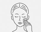 洗顔した後、十分に水気を拭き取り、化粧水などで軽くお肌を整えます。